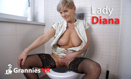Lady Diana Pissing on the Toilet - Granny Fingering Peeing