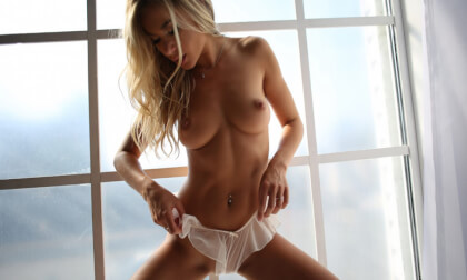 Blonde Stunner Has Erotic Fun in the Morning