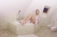 Nikky Dream Plays in the Tub VR porn