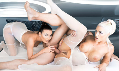 Space Orgasm: Reloaded Voyeur - FFM Threesome with Cumshot