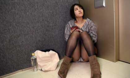 Mio Hinata – Secret Sex in Broken Elevator with Married Woman Part 1